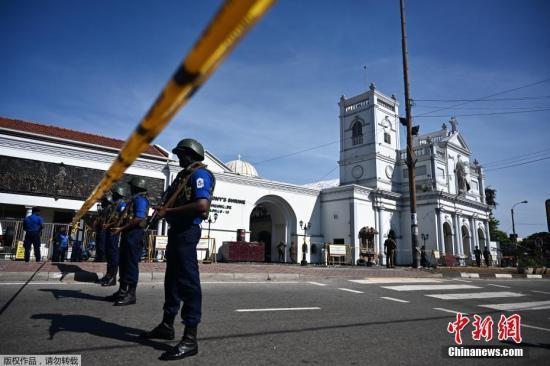 当地时间2019年4月22日,斯里兰卡科伦坡,斯里兰卡系列爆炸第二天,圣安东尼教堂(St. Anthonys Shrine)外守卫森严,斯里兰卡空军军官和神职人员在教堂外查看情况,不少市民在警戒线外围观。据路透社援引斯里兰卡警方发言人报道,斯里兰卡连环爆炸案,已造成290人死亡,约500人受伤。另外,警方已逮捕了13名嫌犯。22日,斯里兰卡官员表示,警方至今已经逮捕了13名与复活节连环炸弹爆炸案有关的嫌疑人。不过,斯里兰卡当局没有公布他们的身份或其他信息。