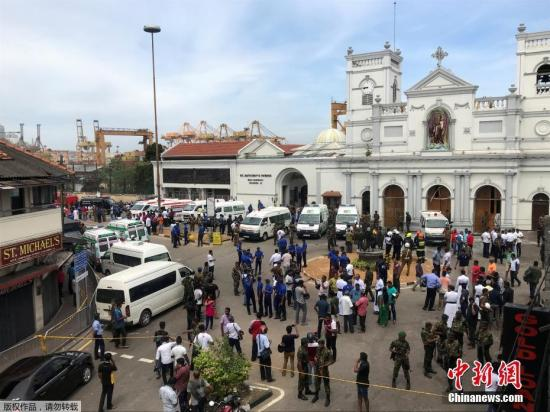 当地时间2019年4月21日,斯里兰卡科伦坡,爆炸袭击发生后,警察守卫在教堂外。 当天,斯里兰卡多地接连发生8起爆炸,多家酒店和教堂遭袭击,目前已造成200余人遇难。