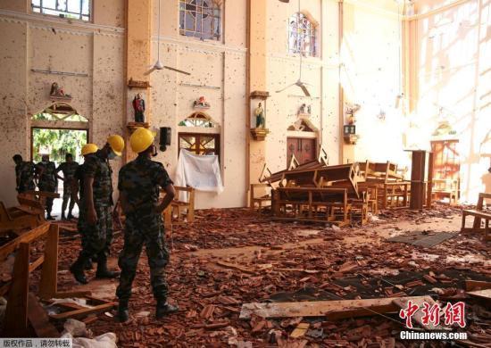当地时间4月22日,斯里兰卡受袭教堂瓦砾遍地,满目狼藉。据报道,4月21日复活节当天,斯里兰卡发生连环炸弹爆炸案,3座教堂和4家酒店先后遇袭,另有一所民宅在警方进入搜查时发生爆炸。?#20004;瘢?#36830;环爆炸已夺走290条人命,另有超过500人受伤。