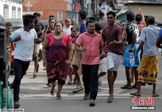 资料图:当地时间2019年4月22日据外媒报道称,斯里兰卡自21日以来发生第九起爆炸案。图为民众逃离爆炸现场。