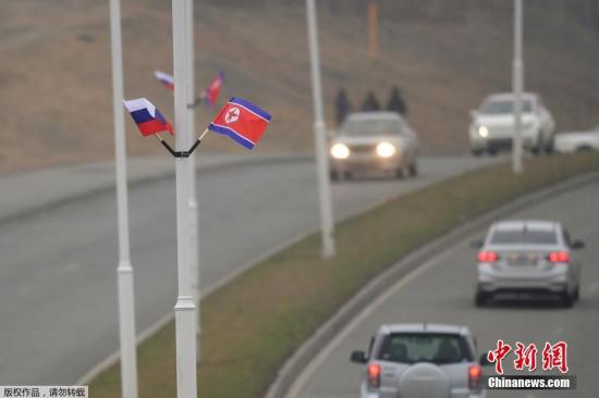 当地时间2019年4月23日,俄罗斯符拉迪沃斯托克,当地悬挂朝鲜和俄罗斯两国国旗,迎接即将到来的朝俄首脑会晤。