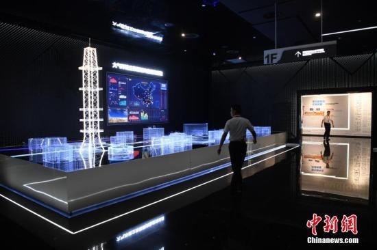 图为民众正在参观大气环境立体探测实验研究设施。韩苏原 摄