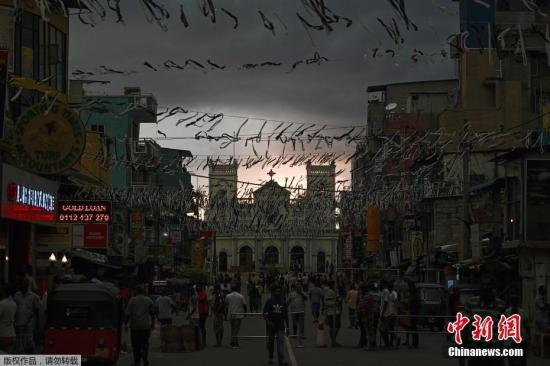 当地时间4月23日,在斯里兰卡科伦坡,当地民众聚集圣安东尼神殿附近的一条封闭街道上。当日,斯里兰卡举行国家哀悼活动,悼念爆炸案遇难者。