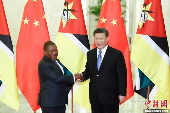 4月24日,中国国家主席习近平在北京人民大会堂会见莫桑比克总统纽西。中新社记者 盛佳鹏 摄