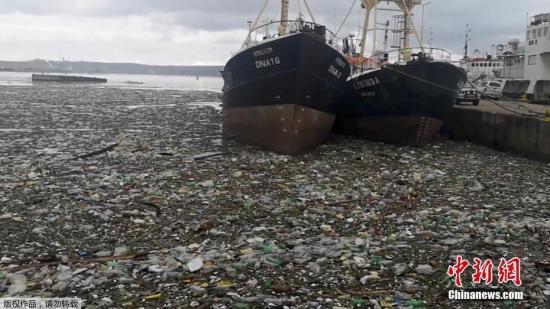 資料圖:海面漂浮著大量垃圾。