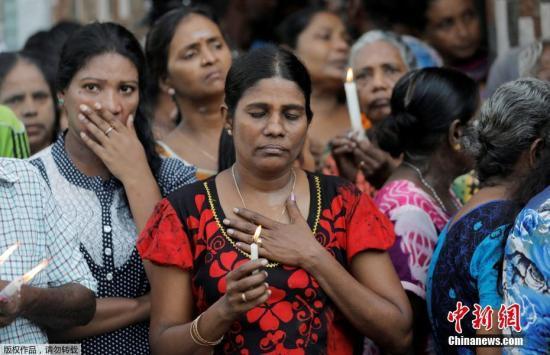 当地时间4月23日,在斯里兰卡科伦坡,当地民众向遇难者致敬。当日,斯里兰卡举行国家哀悼活动,悼念爆炸案遇难者。