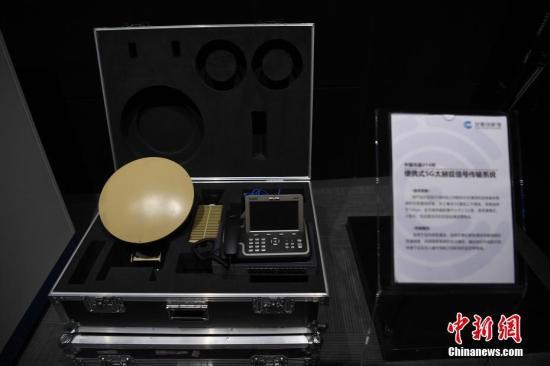 """4月24日,中国首个5G智能馆和中国首个创新主题馆—安徽创新馆在合肥正式开馆。超导托卡马克装置、稳态强磁场、墨子号卫星、人造小太阳……在展区内1042件""""高大上""""的科技成果纷纷亮相。图为便捷式5G大赫兹信息传播系统。韩苏原 摄"""