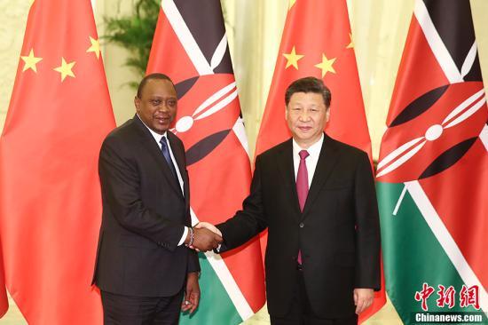 4月25日,中国国家主席习近平在北京人民大会堂会见肯尼亚总统肯雅塔。中新社记者 盛佳鹏 摄