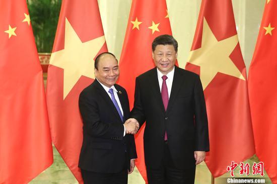 4月25日,中国国家主席习近平在北京人民大会堂会见越南政府总理阮春福。中新社记者 盛佳鹏 摄