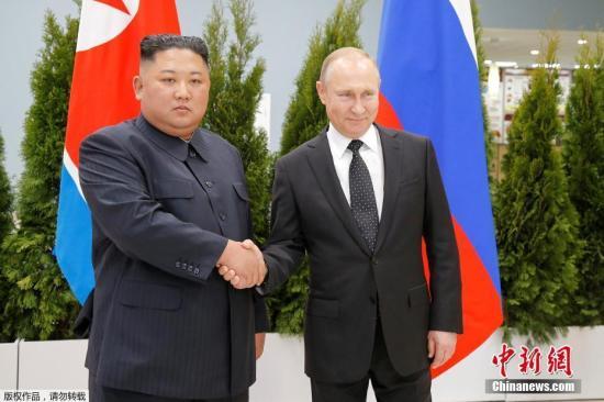 """当地时间4月25日,朝鲜最高领导人金正恩和俄罗斯总统普京,在俄远东联邦大学首次会晤。双方在见面后,进行了握手致意,随后将举行""""一对一""""会谈。"""
