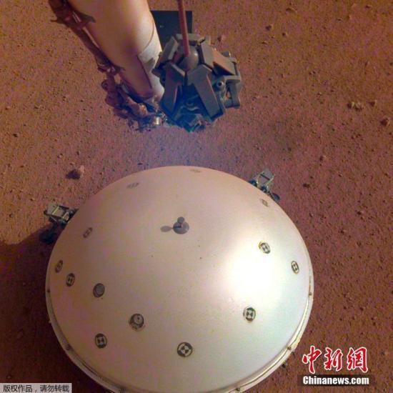 """日前,美國""""洞察號""""火星探測器搭載的法國科研設備在火星上檢測到了疑似地震的波動,或將證明火星仍是一顆活躍的星球。這也是人類首次在另一顆星球上記錄到地震震動。美國航空航天局(NASA)""""洞察號""""火星探測器于2018年5月發射升空,11月在火星著陸。12月19日,""""洞察號""""將""""內部結構地震實驗儀""""(SEIS)安放在火星表面。這個地震儀是法國國家航天研究中心為美方研制,密封在真空中,非常敏感,能捕捉到火星地殼中最微小的擾動。"""