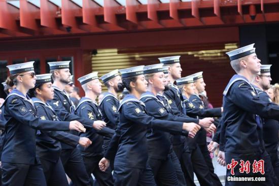 """4月25日是""""澳新軍團日""""(Anzac Day),是澳年夜利亞戰新西蘭留念一戰時期正在減里波利戰爭中捐軀的澳新將士的日子。當天,悉舉辦留念日年夜止。圖步隊中意氣風發的女慫a target='_blank' 種孤社/a記者 陶社蘭 攝"""