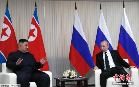 """当地时间4月25日,朝鲜最高领导人金正恩和俄罗斯总统普京,在俄远东联邦大学首次会晤。双方在见面后,进行了握手致意,随后举行""""一对一""""会谈。"""