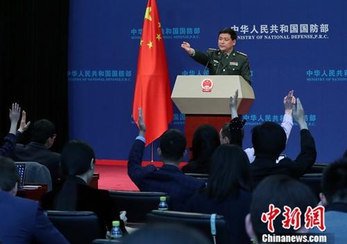 4月25日,中国国防部新闻发言人任国强在例行记者会。中新社记者 宋吉河 摄