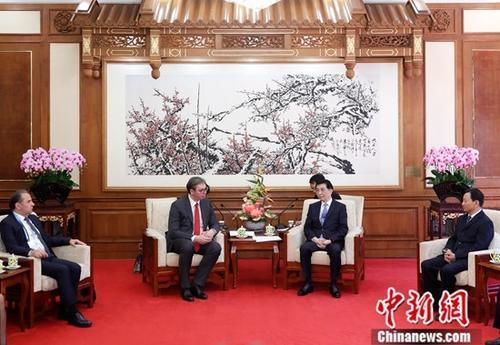 4月25日,中共中央政治局常委、中央书记处书记王沪宁在北京钓鱼台国宾馆会见塞尔维亚总统武契奇。中新社记者 杜洋 摄