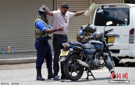 资料图:斯里兰卡士兵、警察在街头进行安检,搜查来往人员车辆。