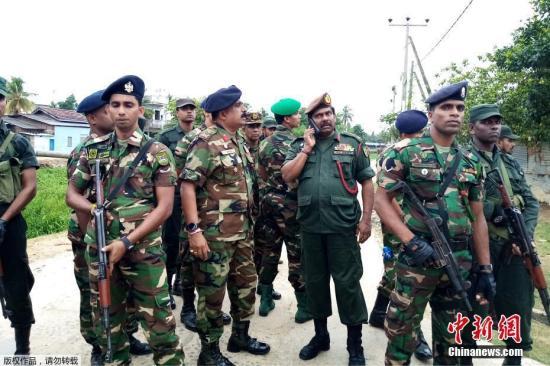 当地时间4月27日,斯里兰卡安全部队在东部城镇卡尔穆奈突袭一处极端组织安全屋后,守卫在当地街区。据悉当地时间26日晚,斯里兰卡在该国东部卡尔穆奈市与武装分子交火,三名男子在一所房屋内引爆炸药,除了他们以外,导致3名妇女和6名儿童死亡。