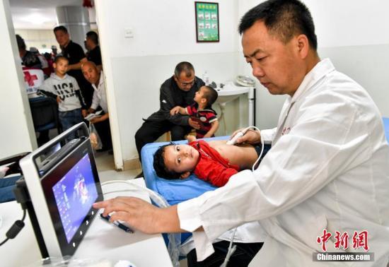 4月25日,患儿正在接受检查。据介绍,本次活动中符合救助条件的患儿近期将分批送至新疆维吾尔自治区人民医院接受手术治疗,患儿治愈出院经医保报销后,爱婴室母婴关爱基金将提供100万元人民币用于补充资助手术患儿剩余自费部分的医疗费用。中新社记者 刘新 摄