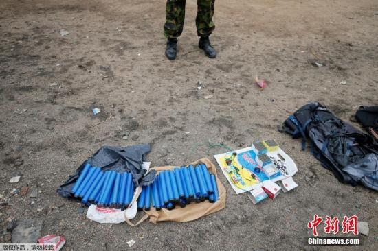 当地时间4月27日,斯里兰卡东部省份卡尔穆奈,当地安全部队在与武装分子发生枪战之后,从武装分子据点中搜出大量爆炸装置。