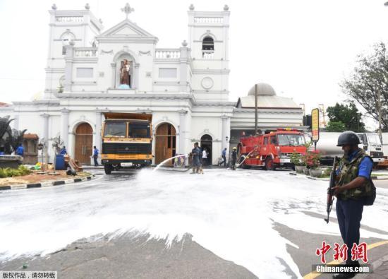 当地时间2019年4月27日,斯里兰卡科伦坡,在爆炸发生近一周之后,斯里兰卡政府第一次对教堂内部进行了全面的清理,有多辆卡车和消防车出动,以清理爆炸现场的碎片和血迹。血迹不易清洗,而爆炸带来的伤痛更加难消除。爆炸发生位置的附近,几根立柱和墙壁破坏严重,立柱外层的水泥和石灰层完全脱落,漏出了柱子内部红色的砖体。立柱上部的水泥层虽然没有脱落,但是表面布满了爆炸冲击造成的大大小小的坑洞。爆炸巨大的冲击力将爆炸点正上方的教堂屋顶炸出了一个大洞,工人们把炸塌的梁木砖石清理干净并装上卡车,房顶裸露的木板、金属支架和电线凌乱地垂落到距离地面一米多高的地方。