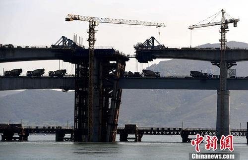 资料图:正在建设中的福建平潭海峡公铁两用大桥。/p中新社记者 张斌 摄