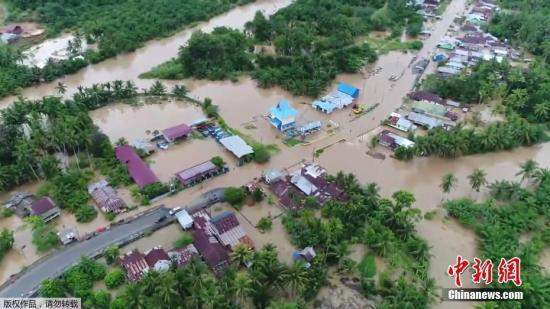 印度尼西亚当局4月28日表示,连日来暴雨在苏门答腊岛引发洪水及泥石流,至少造成17人丧命,9人失踪,约1.2万人撤离。
