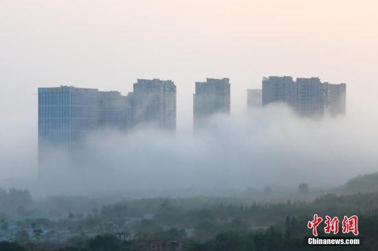 """图为大雾中的建筑,宛若""""仙境""""。 王晓凯 摄"""