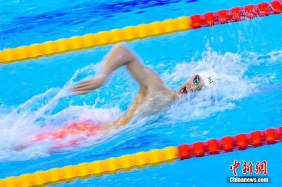 4月28日晚,中国游泳选手孙杨在2019年FINA冠军游泳系列赛(广州站)上夺得男子400米自由泳冠军。图为孙杨在比赛中。 /p中新社记者 陈骥�F 摄