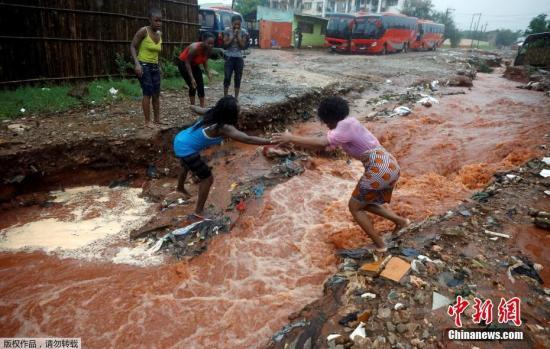 """当地时间2019年4月28日,继上月遭受强热带气旋""""伊代""""侵袭导致近千人死亡后,莫桑比克多地又迎来了新一波热带气旋""""肯尼斯"""",已造成多人死亡,数万人被疏散。"""