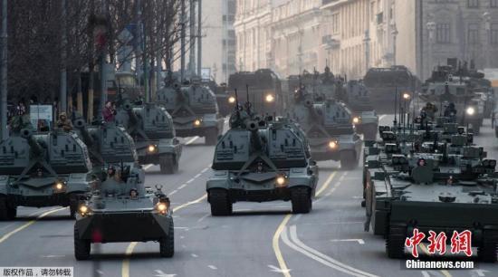 本地工夫4月29日,俄罗斯成功日阅兵彩排正在莫斯科白场举办,多量重型兵器战坦克车表态,吸收公众围不雅摄影。图为俄罗斯陆军的坦克车辆正在莫斯科街讲下行驶。