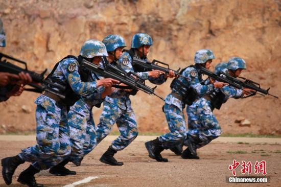 """4月30日,中俄""""海上联合—2019""""军事演习陆战分队军事竞赛在中国海军陆战队某旅举行。图为中方参演陆战队员进入射击阵地。中新社记者 李纯 摄"""