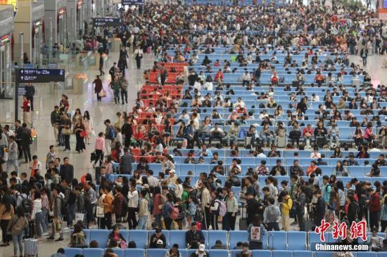 资料图:4月30日,贵阳北站候车大厅内的旅客。中新社记者 瞿宏伦 摄