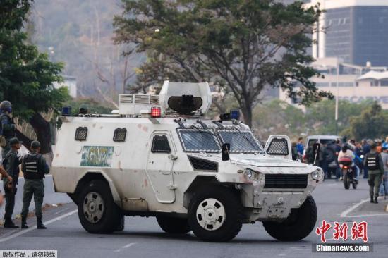据外媒报道,委内瑞拉政府4月30日称小股军人在首都加拉加斯发动政变,政府正在应对和挫败政变,目前情况整体可控。图为委内瑞拉政府军封锁了疑似通往发生政变区域的道路。
