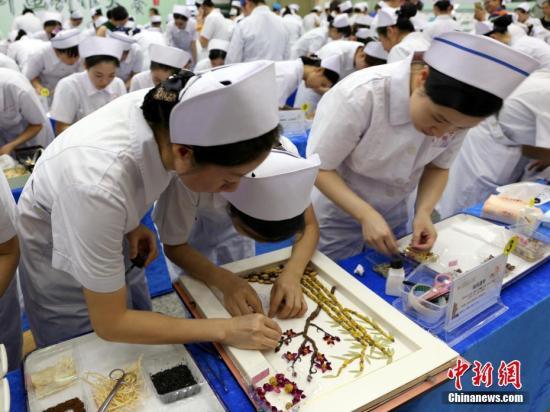 4月30日,南宁,护士们用中药材等进行创作。(资料图)中新社记者 林浩 摄