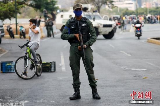 据外媒报道,委内瑞拉当局4月30日称幼股武士在首都添拉添斯发动政变,当局正在答对和挫败政变,现在情况团体可控。图为委内瑞拉当局军封锁了疑似通去发生政变区域的道路。