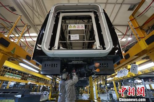 4月30日,中国国家统计局发布数据显示,2019年4月份,中国制造业采购经理指数(PMI)为50.1%,比上月回落0.4个百分点,继续保持在扩张区间。图为南京一家制造企业内的生产景象。(4月2日拍摄)中新社记者 泱波 摄