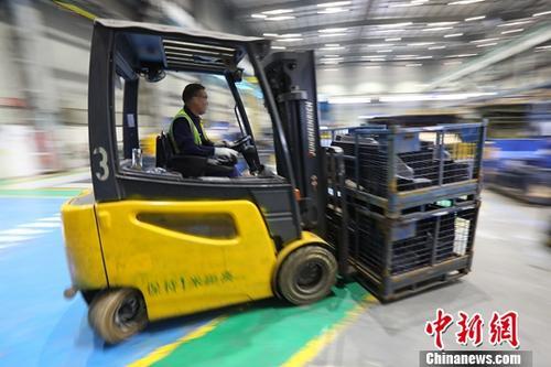 4月30日,中国国家统计局发布数据显示,2019年4月份,中国制造业采购经理指数(PMI)为50.1%,比上月回落0.4个百分点,继续保持在扩张区间。图为苏州一家制造企业内的生产景象。(4月26日拍摄)中新社记者 泱波 摄