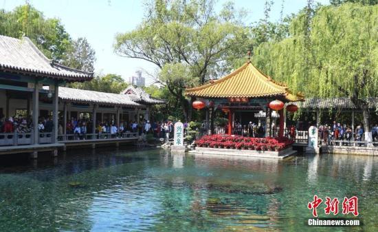 资料图:济南趵突泉畔挤满观泉游客。 中新社记者 张勇 摄