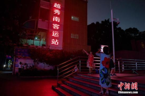 4月30日晚,市民在越秀南客运站外拍照留念。广州越秀南客运站始建于1950年,是国家二级汽车客运站场,为广州市历史最悠久的长途汽车客运站。5月1日,服役69年的越秀南客运站正式退休。 <a target='_blank' href='http://www.chinanews.com/'>中新社</a>记者 陈骥旻 摄