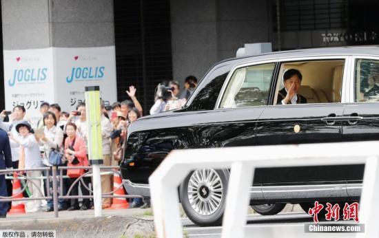 """据悉,即位活动10月22日才会举行,预计会有日本国内外约2500人出席德仁向国内外宣告即位的""""即位礼正殿之仪"""",及举行游行的""""祝贺御列之仪""""。他即位后首次接待的外宾,将是预定于5月底访日的美国总统特朗普。图为日本德仁天皇抵皇宫参加承继之仪,与民众挥手致意。<em></em>"""