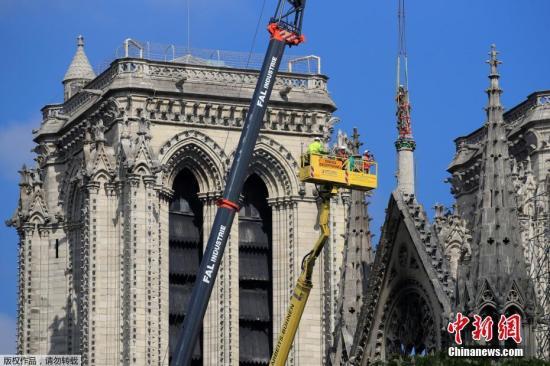 当地时间2019年4月29至30日,法国巴黎,巴黎圣母院灾后维修工作持续进行,圣母院顶部的雕像被移走。
