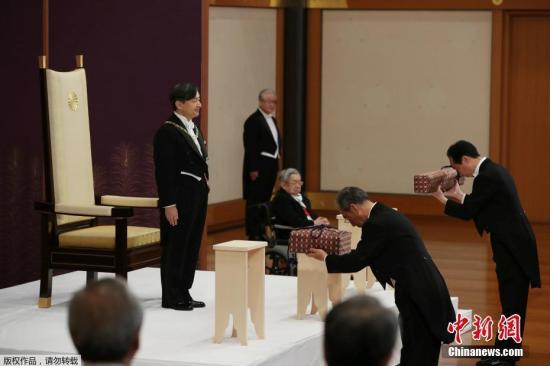"""当地时间5月1日上午,新日本天皇德仁正式即位,开启""""令和""""时代。当地时间上午10时30分,59岁的德仁在举行的""""剑玺等承继之仪""""中,继承草�S剑、八尺琼勾玉以及国玺与御玺等宝物。"""