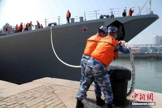 """5月1日,中俄""""海上联合—2019""""军事演习转入海上联合行动实施阶段。图为俄罗斯海军""""瓦良格""""号巡洋舰解缆起航。 中新社记者 李纯 摄"""