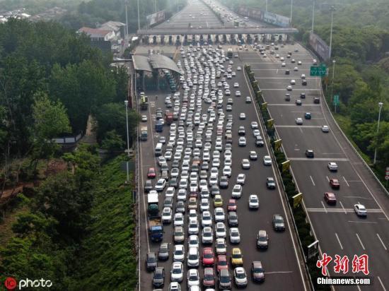 5月1日,江苏南京,沪宁高速南京主线收费站,入城车辆排队积压。 图片来源:IC photo