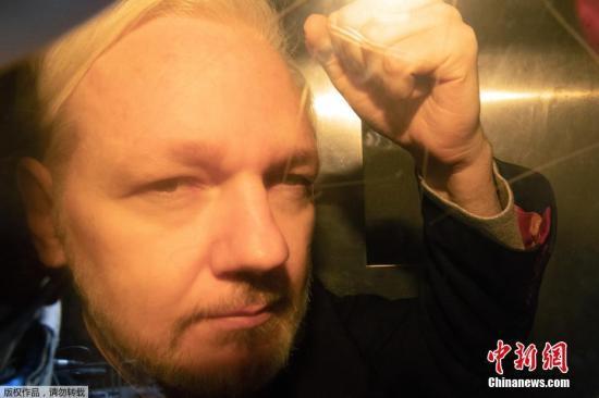 """资料图:当地时间5月1日""""维基揭秘""""网站创始人朱利安·阿桑奇1日在英国被判入狱50周,罪名是他7年前违反保释条例进入厄瓜多尔驻英使馆寻求庇护。据英国广播公司报道,阿桑奇在法庭上说,自己当时""""处境艰难"""",选择寻求庇护是当时他唯一能做的事。图为维基解密创始人朱利安·阿桑奇抵达法院。 文字来源:新华网"""