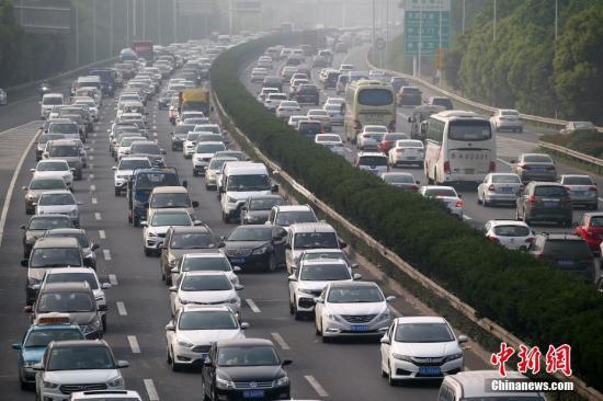 资料图:5月1日,大批车辆缓慢行驶在高速上。中新社记者 泱波 摄