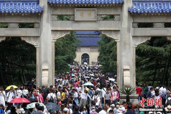 南京中山陵迎来各地民众。泱波 摄