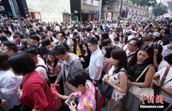 资料图:2019年五一假期期间,香港尖沙咀广东道一带人潮涌动。<a target='_blank' href='http://nylzsy.com/'>中新社</a>记者 张炜 摄