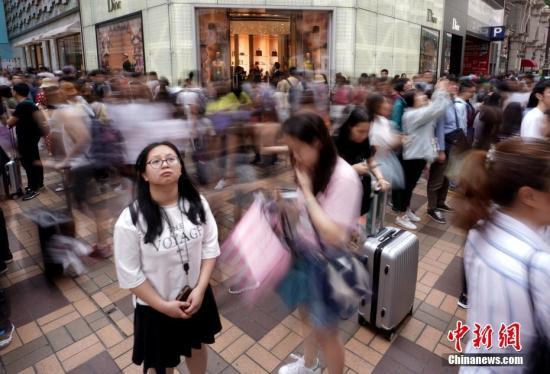 5月2日,一连四天的中国内地五一假期进入第二天,香港尖沙咀广东道一带的品牌店门前人潮涌动,大批内地游客拖着行李箱来这里购物。香港入境处当天公布的数据显示,5月1日有63.7万人次入境香港,比去年同期(41.3万人次)暴增54%。<a target='_blank' href='http://www.ricasputas.com/'>中新社</a>记者 张炜 摄