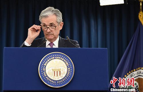图为美联储主席鲍威尔在为期两天的美联储货币政策例会后召开新闻发布会。中新社记者 陈孟统 摄